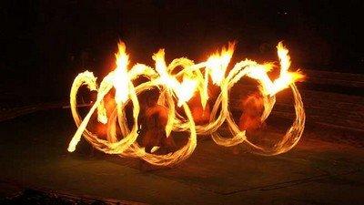 «Танец Шива» с огненными мечами