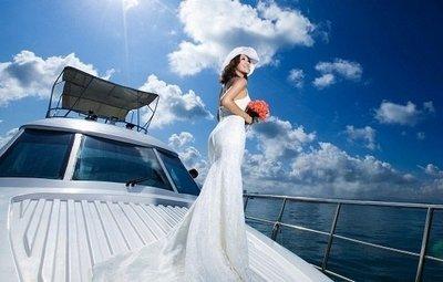 Невеста на яхте в день бракосочетания